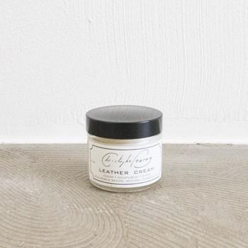 革ソファを買ったら一緒に揃えたいレザークリーム。革の保護やツヤ出しのために定期的に塗りましょう。この「Christophe Pourny(クリストフ・ポーニー)の製品は、植物由来のワックスで作られています。