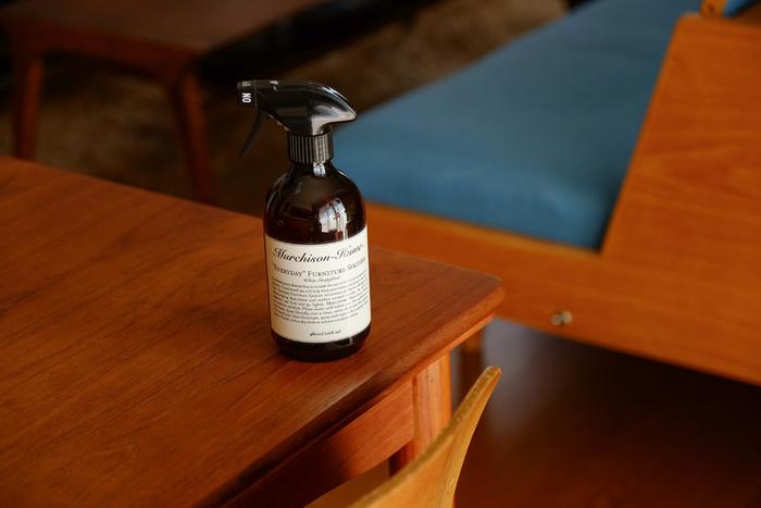 食物由来の成分を原料としている「Murchison Hume(マーチソンヒューム)」のハウスクリーナー。用途別にさまざまな種類が揃っていて、布張りソファ、合成皮革、そして木製部分の汚れ落としに使える家具専用の洗剤が販売されています。 肌に優しく、小さなお子様がいる家でも安心。香りもナチュラルで爽やか。
