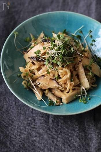 お好みのきのこで作る、さっぱりとした常備菜レシピです。こんがりと焼いたきのこの旨味と風味、さっぱりとしたごま酢で止まらない味に。山盛り食べてもヘルシ―です。