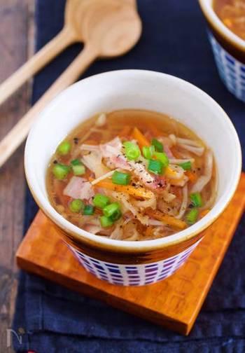 コンソメスープにも切り干し大根をイン!ベーコンも相まって、シンプルでも旨味たっぷりのスープに。3分煮るだけ、計10分ほどでできあがりますよ。