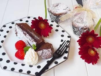 2個分の卵白と板チョコ、砂糖だけで作れるチョコケーキのレシピです。卵白を使うので、ふわふわなのにまるで生チョコのような不思議な食感が楽しめます。