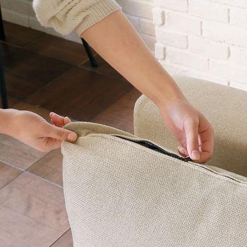カバーを取り外せるからといって、大胆に丸洗いするのはちょっと待って。生地によっては縮んだり痛んだりする可能性があるので、洗濯表示は必ず確認しましょう。丸ごと洗いたいのであればドライクリーニングに出すのが無難。部分的なシミを取りたい時には、裏側に当て布をしながらシミを叩いて浮かせていきます。このまとめの後半に専用のシミ取り剤を紹介しているので、参考にしてみてください。