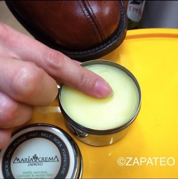 私たちがスキンケアをするように、革靴にもツヤを維持するためのお手入れが欠かせません。革の保護と栄養補給のために、定期的にクリームを塗り込みましょう。力を入れすぎずに、手早く円を描くように塗り込むのがコツ。