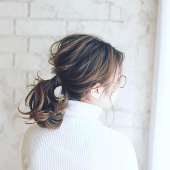 すっかりお馴染みとなった、毛束でゴムを隠すという方法。毛束の量は取り過ぎると固定しずらくなくるので、少量にとどめておくのがポイントです。