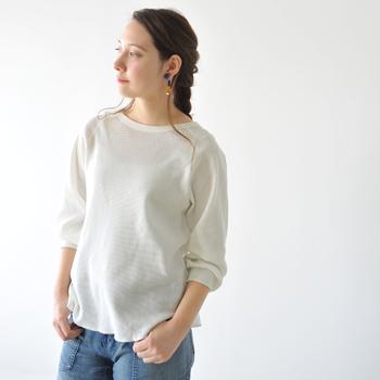 何にでも合わせやすい、ホワイトのサーマルプルオーバー。美しいネックラインにふんわりとした袖口など、ディテールにフェミニティが宿っていれば、十分女性らしい印象で着こなせます。