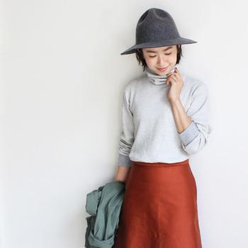 ありそうでなかったサーマル素材のタートルネック。こっくりカラーのスカートにつばひろハットを持ってくれば、モダンなクラシックムードに引っ張れます。