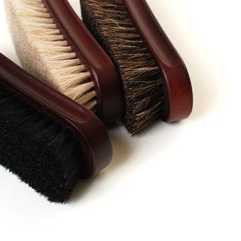 靴のホコリを掃き落とすには馬毛ブラシがおすすめ。豚毛よりも毛先が細くて柔らかいので、定期的なブラッシングにも適しています。一方、毛先が硬い豚毛は保護クリームを全体に均等に浸透させる際と仕上げのブラッシングに向いています。
