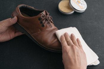 革靴はクリームを塗った後、型崩れしないようにシューズキーパーを使うことをおすすめします。自然乾燥させる際には、階段の段差に立てかけると、靴底も空気に触れる形となって乾きやすいです。
