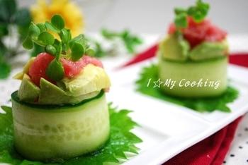 人気のアボカドとマグロを組み合わせたレシピ。きゅうりを巻いたお寿司は色鮮やかです!