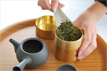 ①お湯を湯のみに注ぎます。 ②急須に茶葉(ティースプーン1杯)を入れます。 ③湯のみのお湯を急須に移し、1分ほどお茶の葉が開くまで待ちます。 ④湯飲みに注ぎます。  急須にお湯が残っていると茶葉が変化するので、最後の一滴まで注ぎましょう。そうすれば二煎目も美味しく頂けます。