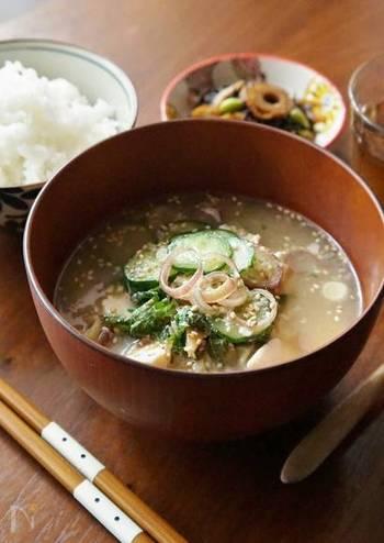 イワシなどの魚をすって作る宮崎県の郷土料理冷汁。キュウリや大葉、ミョウガなど薬味もたっぷり入り栄養満点。冷たく冷やしてご飯にぶっかけていただきます。暑い地方ならではの懐かしいお母さんの味です。