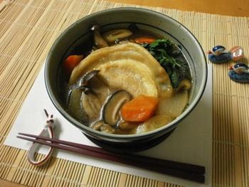 南部煎餅を具材に加えた青森県八戸出身の方には馴染み深いせんべい汁。せんべい汁専用のかやき煎餅と言うものを使って作ります。煎餅が柔らかくなるまで煮込むのがポイントです。煎餅がお味噌と出汁を吸ってとっても美味しい青森県の郷土味噌汁です。