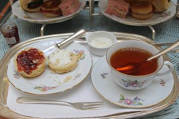 紅茶と言えば、憧れのアフタヌーンティーを思い浮かべる方も多いはず。甘いものは疲れを癒す効果があるので、相乗効果でまったりできそう。 おうちで本格的なアフタヌーンティーは難しいですが、スコーン+紅茶のプチアフタヌーンティーなら手軽にできますよね。本場のスコーンにはジャムとクロテッドクリームが欠かせませんが、日本でクロテッドクリームを入手するのは困難なので、お好きなジャムと濃厚なホイップクリームを添えてどうぞ。