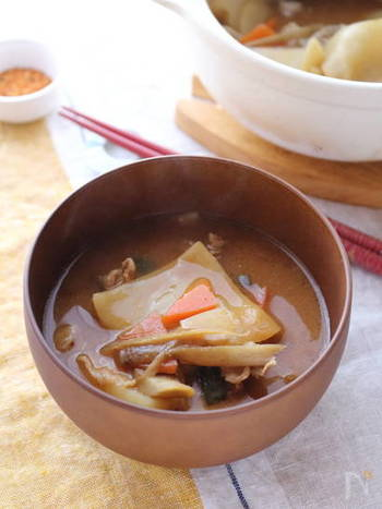 小麦粉を水で練ったお団子状のすいとん。お母さんやおばあちゃんが昔よく作ってくれたと馴染み深い方も多いと思います。ふと、すいとんのお味噌汁が食べたいなぁと思った時、餃子の皮をすいとんかわりに使っても美味しく作ることができますよ。これなら手間いらず。具沢山で懐かしいホッと一息つける味わいのすいとん汁。オススメです。