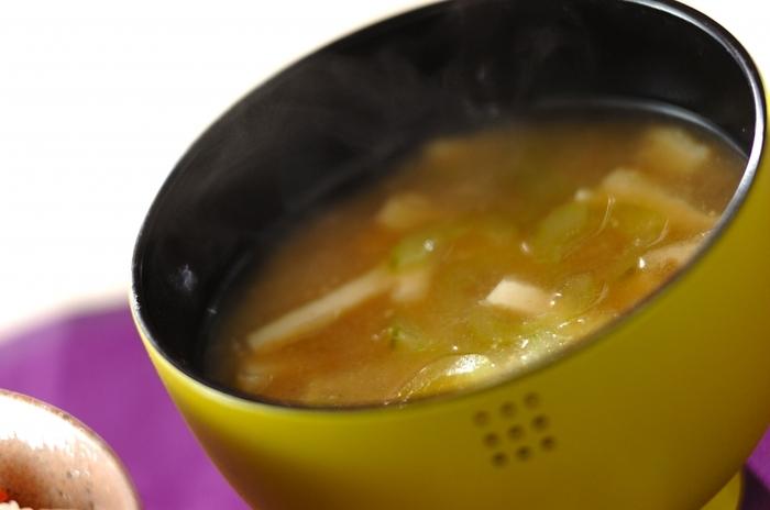 他県にはなかなか馴染みが少ないですが、このキュウリの味噌汁は富山県の郷土料理なんですよ。キュウリのタネを取り除き皮をむいて丁寧に処理することがポイントです。