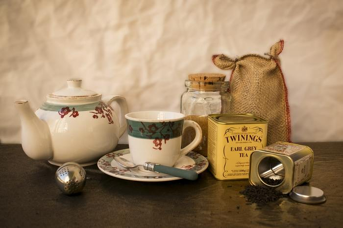 "■α派の発生を促す 緑茶と同様、アミノ酸の一種である""テアニン""という物質の効果です。  ■リラックス・リフレッシュ アールグレイに代表されるように、紅茶は様々な香り付け(フレーバード)がされた茶葉も人気。茶葉のリラックス効果と果物や花の香りによるアロマ的な効果も期待できます。"