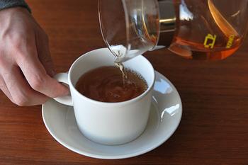 ①ポットとカップにお湯を注いで温めておきます。 ②温めたポットに茶葉(ティースプーン1杯)を入れます。 ③ポットに沸騰したお湯(150~160ml)を注ぎ、すぐに蓋をして3分蒸らします。 ④温めておいたカップに最後の一滴まで注ぎます。  美味しい紅茶を淹れるには温度を下げないことがポイントです。