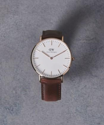 こんなシンプルなフェイスの時計はいかがでしょう?スウェーデン生まれの「Daniel-Wellington(ダニエルウェリントン)」は、大人女子にも似合いますし、石原さとみさんがドラマで着用して10代や20代にも人気です。付け替えのベルトが豊富にあるので、学校にはシンプルに、お休みの日はカラフルなベルトをとシーンに合わせられるのも◎