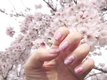 ベースはピンクにして、桜をホワイトカラーでアート。柄の美しさが引き立って、遠くから見たときにも華やかな手元が叶います。