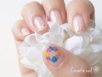 他の指のアートはとことんプレーンにして、親指のみにフェアリーなアートをオン。ちっちゃな花冠を見るだけで、気持ちもハッピーになれそうです♪