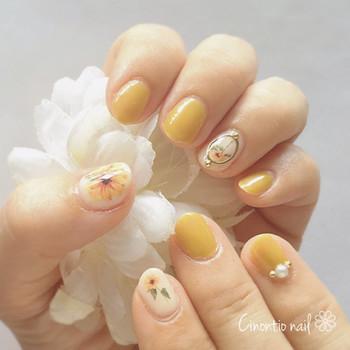 イエローを爪に乗せれば、シンプルネイルも一気にチアフルなムードに変身。写実的なお花たちも、美しく際立っています。