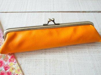 素敵なペンケースも欲しくなりますね。しっとりとした山羊革で作られ、小さいのでカバンの隙間に入ってしまうのも嬉しいですね。