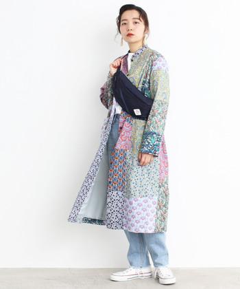 春に活躍する薄手コート。トレンチタイプもいいけれど、今年はこんな花柄デザインにトライするのはいかが?袖を通すだけで、格上のおしゃれ感を漂わせてくれますよ!