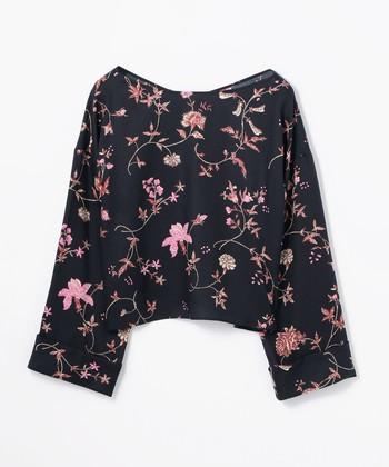 ブラックに繊細な花が舞うシックな一枚。短めの着丈にゆったりとしたスリーブなど、トレンド要素もたっぷり詰まっています。