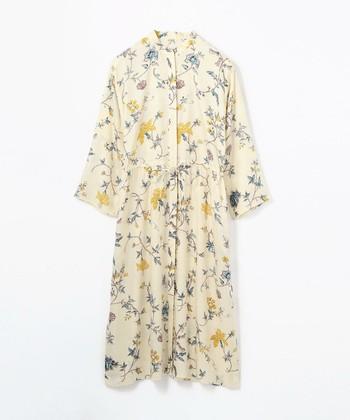 アイヴォリーカラーが柔らかな空気を醸すシャツワンピース。ウッディな小物を合わせて、カントリーテイストに着こなしたい一枚です。