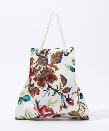 配色にセンスの高さを感じる、美しく個性的なサコッシュバッグ。他ではなかなか見られないデザインが魅力です。