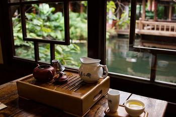 厳格に決まった飲み方はありませんが、本来は200ccくらいの小さい茶器を使用し、煎数を重ねて味や香りの変化を楽しむもの。お茶の種類にもよりますが、1回の茶葉で大体4煎~6煎いただくことができます。長く楽しめるお茶なので、誰かとおしゃべりしながらまったりと過ごすのが一番! 人と気軽な会話をすることもストレス解消に有効なので、相乗効果を期待できますよ。