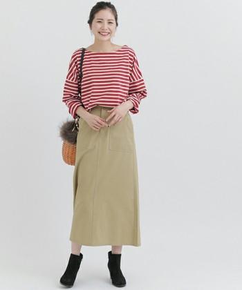 定番のボーダーカットソーも、りんごカラーなら落ち着いた女性らしさが。ベージュのベーシックなロングスカートと組み合わせた、ちょうどいいカジュアルコーデ。