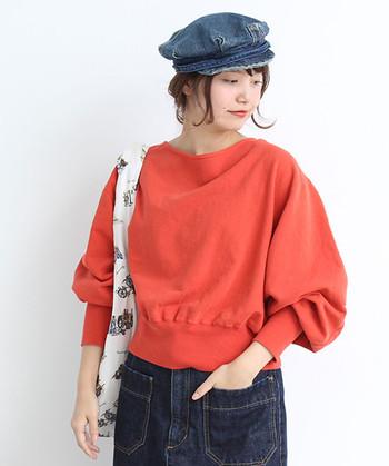 オレンジカラーはデニムとの相性も抜群。カジュアルになりがちなデニムとの着こなしも、袖がふんわりとした女性らしいデザインのプルオーバーと合わせれば、元気で明るい着こなしに♪