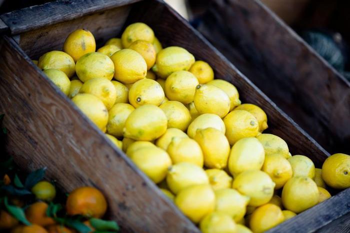 さわやかなビタミンカラー「レモンカラー」。やや薄みがかった黄色にほんの少しの緑が加わった色合い。レモンの果実のようにフレッシュなので、着こなしにプラスすることで顔周りを明るく健康的に見せてくれます。