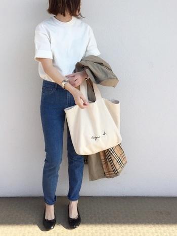 ベージュのバーバリーのコートを小脇に抱えて、ジェーンバーキンのように。ちょっぴり敬遠しがちだったスキニーも、今年は復活の兆しです。フラットシューズに白のTシャツを合わせて、究極シンプルに。