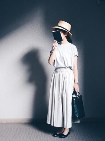 同じように白のカットソーにベージュのロングスカート、それに黒の小物でも、小物のテイストを変えればクラシカルに。
