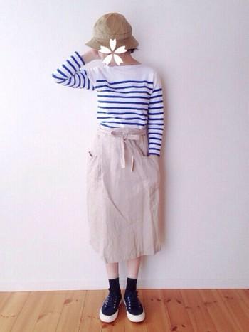 ベージュのスカートに、青×白のボーダートップスを合わせてさわやかに。初夏にしてみたいコーデですね。
