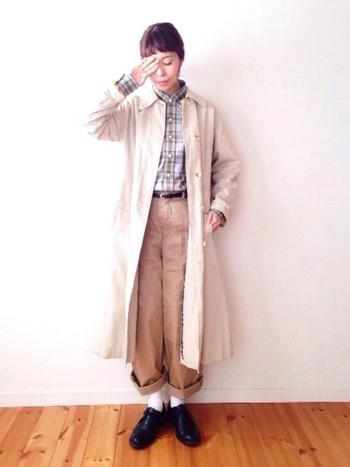 ベージュのコートにベージュのチノパンも、バランス次第でこんなに素敵。コートやパンツの裾をロールアップして、絶妙なバランス感を見つけてみたいですね。