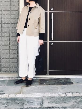 お洒落にまとめるのが難しそうなショート丈のジャケットも、色味を押さたパンツコーデなら、クールな印象。インナーや靴を黒で引き締めるのもポイントです。