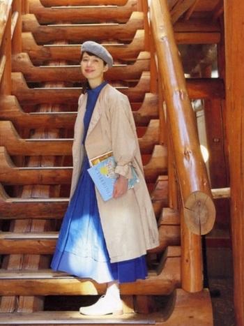 セットアップにベージュのコートをプラスすれば、映画のヒロインのようなコーデに。ベージュなら鮮やかな色も、落ち着いた印象にまとめてくれます。