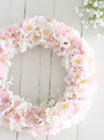 こちらは桜のリース。柔らかな風合いが素敵ですね。生花では扱えない花材を使えるのもアーティフィシャルフラワーのメリット。
