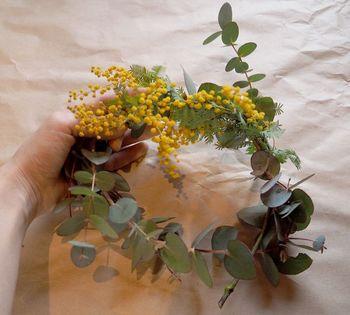 春の陽気をめいっぱい浴びた花々を使って素敵なリースを作ってみませんか? カラフルな春の花々を集めたリースはお部屋にも華やかさを運んでくれます。今回は、初心者さんにもおすすめのリースの作り方と、春の花を使ったリースのアイディアを集めました。