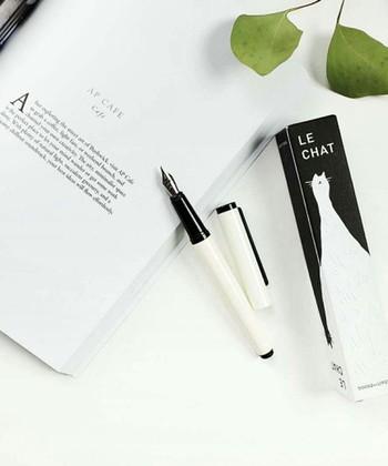 さらさらと滑らかな書き心地の万年筆は、近ごろ密かなブームですね。 手帳に予定を書く時に、万年筆をさっと出して書く…ちょっとエレガントじゃないですか? このシンプルな万年筆、実は、ペン先に猫の顔があしらわれているのですよ。遊び心があってギフトにも喜ばれそうですね。