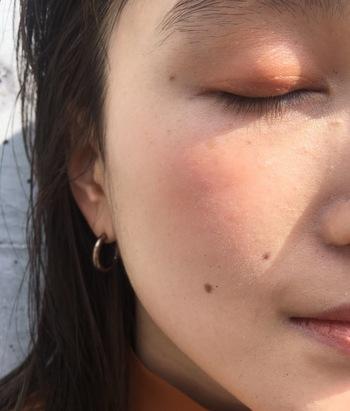 自然な艶を大切にするためにファンデーションは塗りすぎないであくまでも薄づきで◎。カバーが必要な部分のみファンデーションを重ねたりコンシーラーをつけてみて。ただ均一に塗るのではなく、少し意識して塗り方を変えるだけで魅力的な肌になるから不思議。最後は、自分の手のひらで顔包むように馴染ませたら完成。