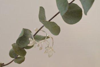 """「ユーカリテトラゴナ」とは、ユーカリ属の植物のこと。香りにリラックス効果があるユーカリをモチーフにしたこちらのピアスには、""""一息つきましょう""""というメッセージが込められています。"""