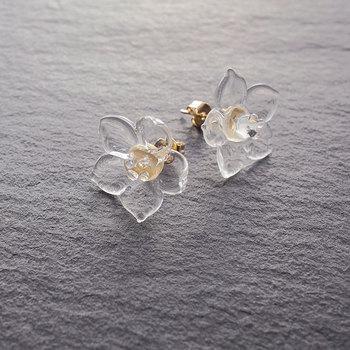 ガラスでできた可憐なお花が女性らしい印象を与えてくれる、フラワーピアス。ガラス職人がひとつひとつ丁寧に手作業で作り上げた上品なモチーフは、透明感あふれる美しい仕上がりです。