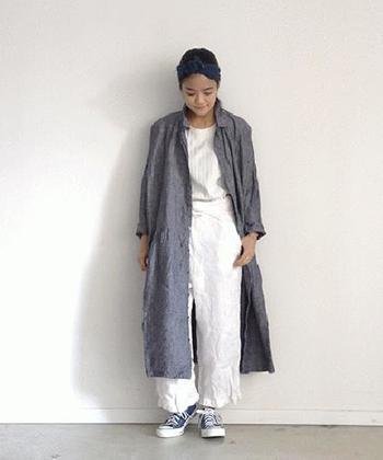 リネンの前あきワンピースはコートがわりにもなり、一枚で着ればお嬢さん風のコーディネートにも変身できるので持って行くと便利です。