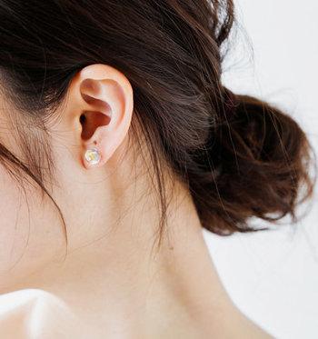 雫を思わせる小さな粒がさりげないアクセントとなり、主張し過ぎないのに華やかさも兼ね備えています。耳元に繊細な輝きを添え、ライフスタイルにしっくりと溶け込んでくれるアイテムです。