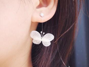あじさいの葉脈が美しい模様を描き、まるでひとつのアート作品のよう。本物の蝶が羽ばたいているかのように、耳元でひらひらと揺らめきます。