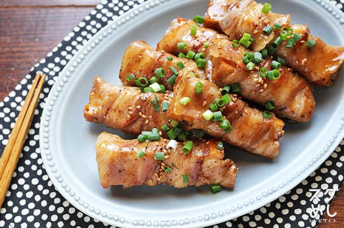 豚肉をヘルシーにボリュームUPするなら、食べ応えのある厚揚げがオススメ。お肉でくるりと巻いたら、巻き終わりを下にして焼きましょう。甘辛ダレにはお酢も入っているので、さらにヘルシー!仕上げに小ねぎとごまをトッピングして、見栄えを良くします。